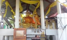 gold buddha red lotus lake