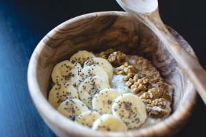 foodiesfeed-com_oatmeal-chia-banana-walnuts