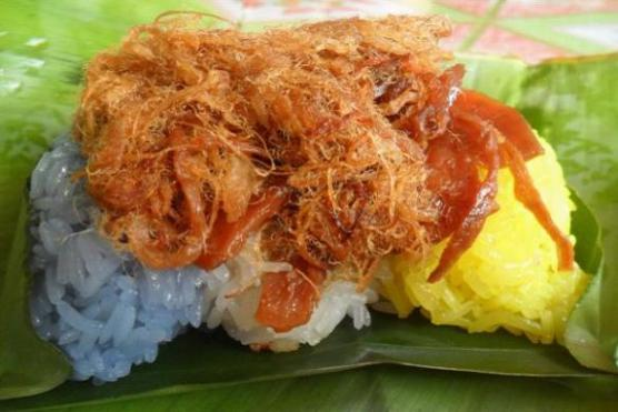 Tri Cloured sticky rice with pulled pork