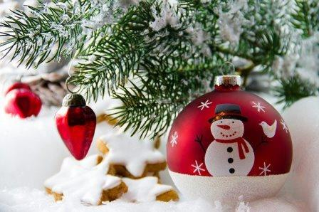 christmas tree and baubles-2939314_640